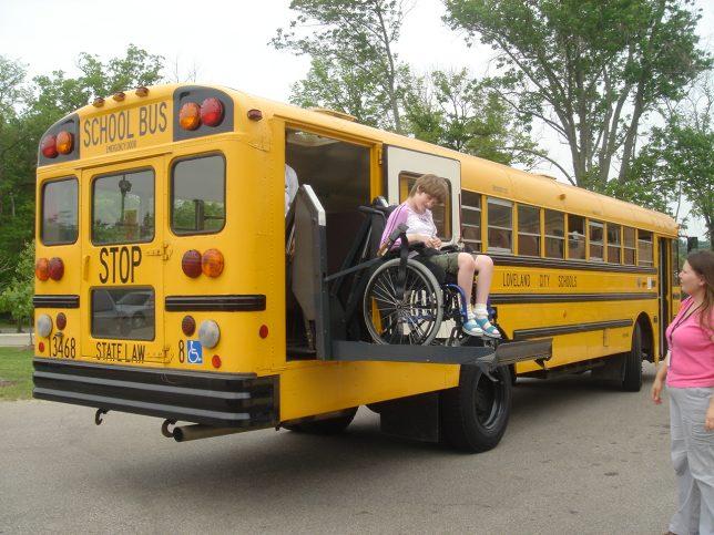 車椅子で降車中の女子生徒